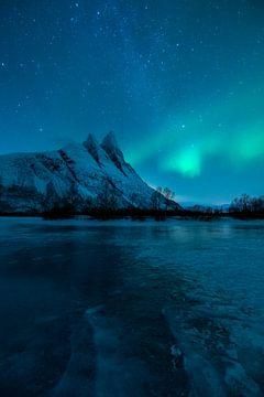 Noorderlicht en mooie sterrenhemel boven Otertinden in noord Noorwegen van Jos Pannekoek