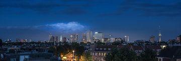 Skyline van Rotterdam vanaf een dakterras.  von Wim van de Water