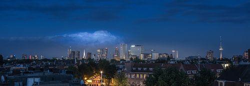 Skyline van Rotterdam vanaf een dakterras.  van