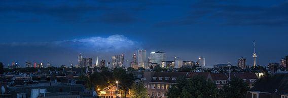 Skyline van Rotterdam vanaf een dakterras.