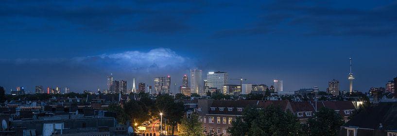 Skyline van Rotterdam vanaf een dakterras.  van Wim van de Water