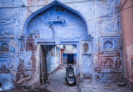 Beeld van de buitenwijk met scooter in Jodhpur, de blauwe stad van India