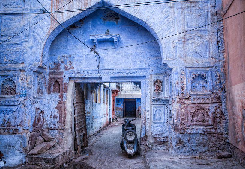 Beeld van de buitenwijk met scooter in Jodhpur, de blauwe stad van India van Wout Kok