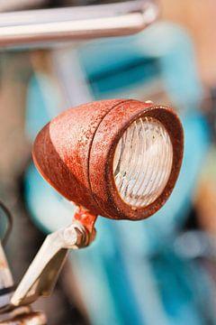 Roestige fiets koplamp op een zonnige dag van Tony Vingerhoets