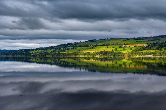 Uitzicht op heuvels vanaf Cromarty Bridge in Schotland.