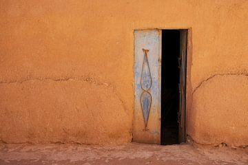 Maison traditionnelle d'argile et de paille à Tinghir Maroc, mur teinté terre. sur Marjolein Hameleers