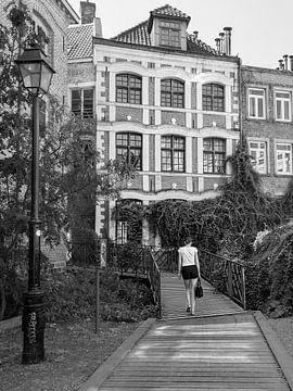 Vrouw wandelt in de stad van Kok and Kok