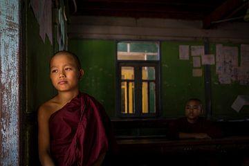 monnik in een klaslokaal van Antwan Janssen