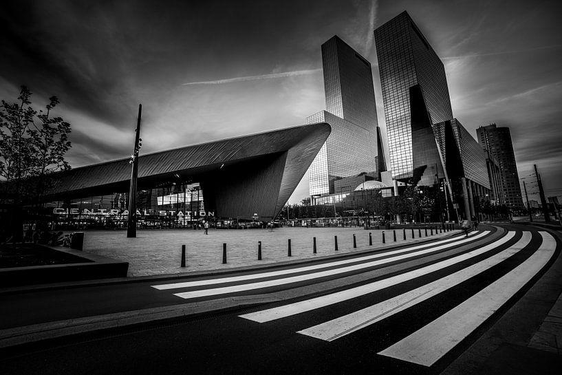Centraal Station met zebrapad (zwart-wit) van Prachtig Rotterdam