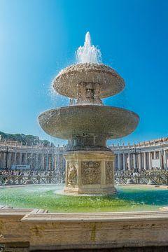 Berninibrunnen auf dem Petersplatz im Vatikan von Castro Sanderson