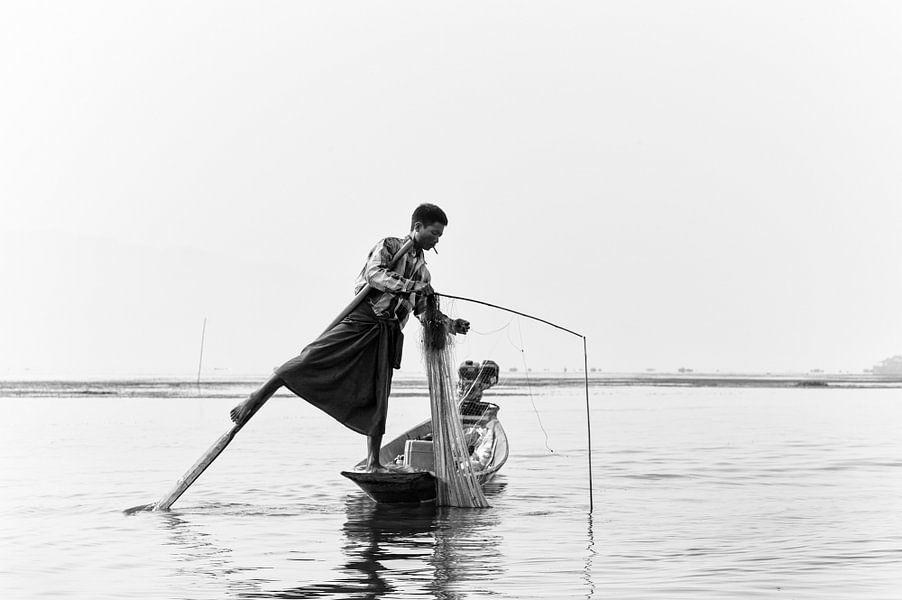 Visser in balans op een boot in Inle Lake, Myanmar