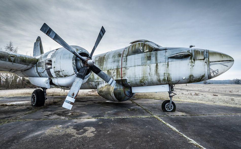 Oud vliegtuig van  Marine transport van Inge van den Brande