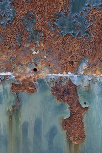 Detail van roestige container met turquoise kleur van