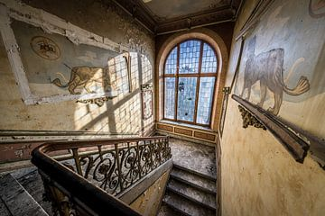 Treppenhaus mit Glasfenstern und Löwen von Inge van den Brande