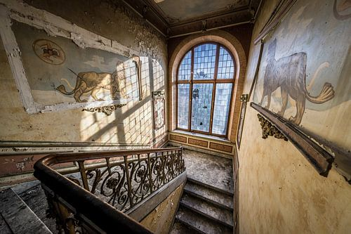 Trap met glas in loodramen en leeuwen van Inge van den Brande
