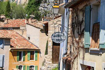 Häuser im Dorf Moustiers-Sainte-Marie in der Provence von Martijn Joosse