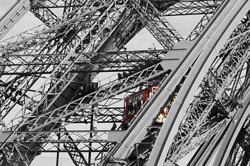 Eiffeltoren met rode lift. van Bas van Rooij