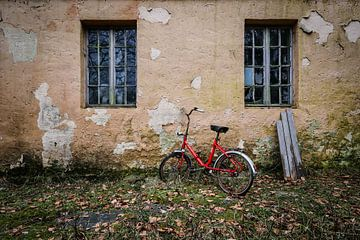 Rotes Fahrrad am verlassenen Haus von Inge van den Brande
