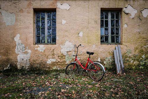 Rode fiets bij verlaten huis van