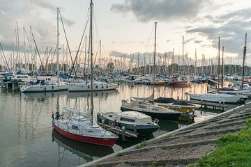 De haven van Hoorn bij zonsondergang van Eric de Kuijper