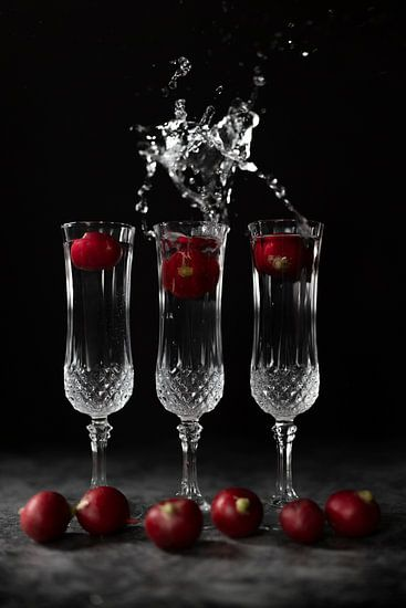 Stilleven met kristallen glazen en spetterend water