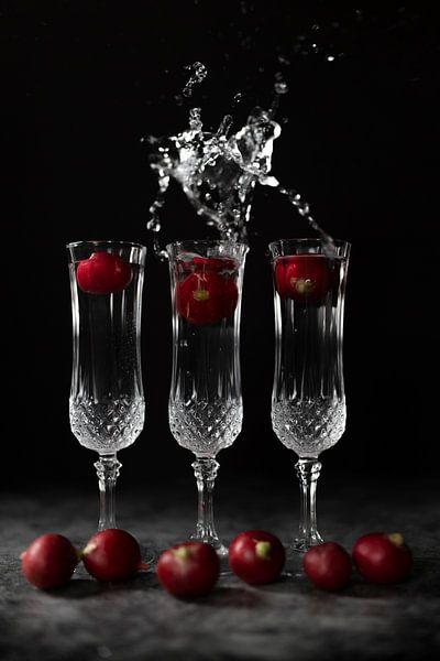 Stilleven met kristallen glazen en spetterend water van Steven Dijkshoorn