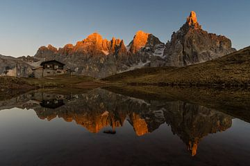 Letztes Sonnenlicht in den Bergen - Dolomiten, Italien von Thijs van den Broek