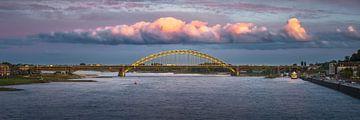 Een opvallende wolkenstraat boven de Waalbrug in Nijmegen