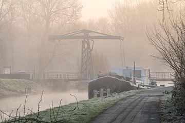 Mistige morgen met ophaalbrug en een woonboot van Marcel Derweduwen