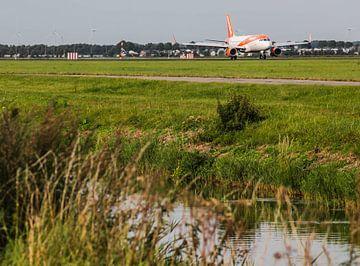 Easyjet landet auf der Polderbaan auf dem Flughafen Schiphol von Robin Smeets