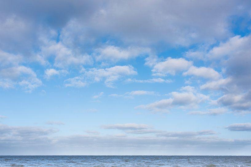 Wisselend bewolkt met zee van Jan Pott
