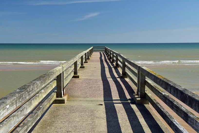 Pier aan de kust van Normandië (Omaha Beach) van Renzo de Jonge