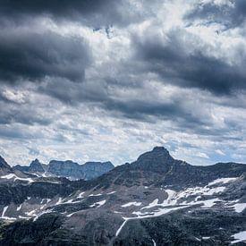 Bewolkte bergtoppen van Patrick Herzberg