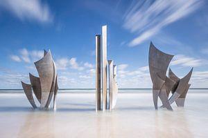 Monument Les Braves in de zee van Omaha Beach Normandië Frankrijk van
