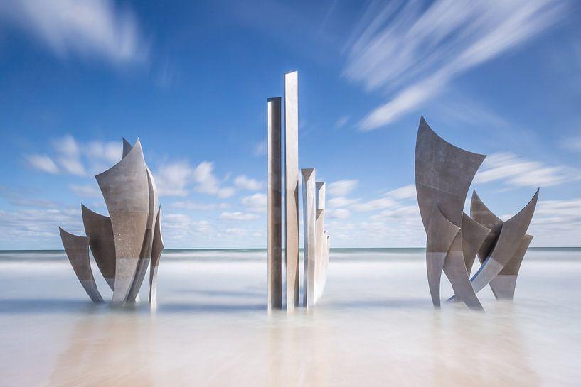 Monument Les Braves in de zee van Omaha Beach Normandië Frankrijk van Silvia Thiel