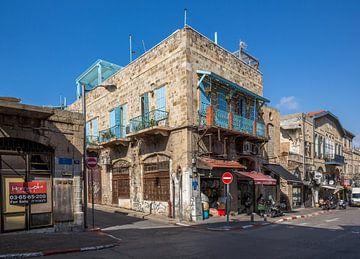 Altes Gebäude mit Blue Screens und Geschäften in der Altstadt von Jaffa, Tel-Aviv, Israel von Joost Adriaanse