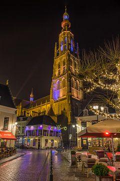 Breda in de avond (vanuit de vismarktstraat) van Alex Riemslag