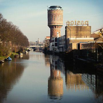 De Watertoren aan het Heuveloord in Utrecht en zijn reflectie van