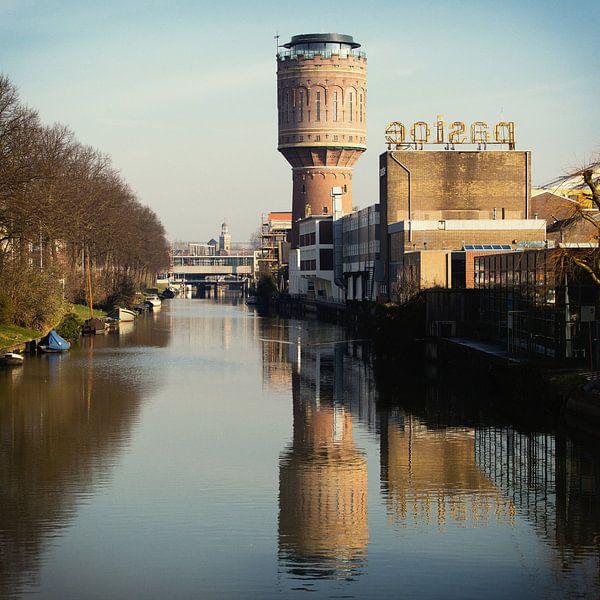 De Watertoren aan het Heuveloord in Utrecht en zijn reflectie van De Utrechtse Grachten