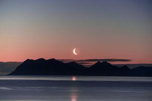 Magische maan boven de bergen