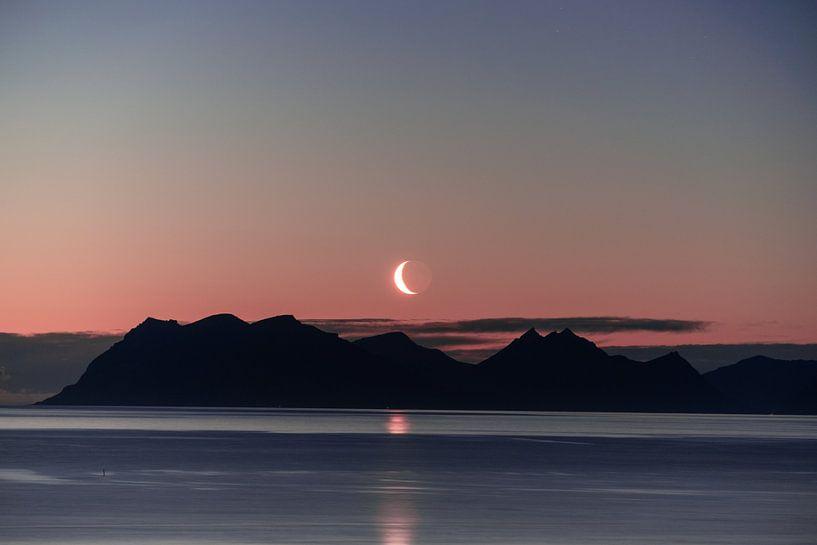 Magische maan boven de bergen van Axel Weidner