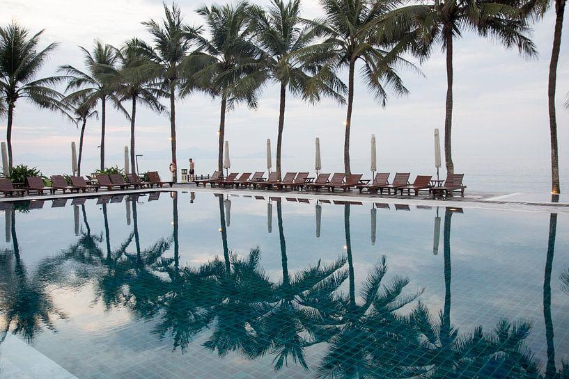 Palmbomen weerspiegeld in zwembad van Jolanda van Eek
