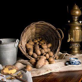 Nature morte avec samovar en laiton et pommes de terre panier sur Marianne van der Zee