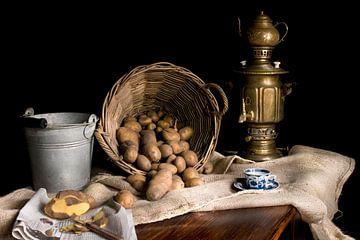Stilleven met messing samovar en mand aardappels van Marianne van der Zee