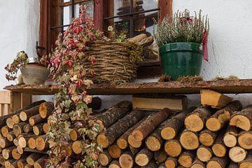 Holzstapel mit Fenster van Andreas Stach