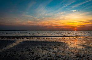 Zonsondergang strand Haringvlietdam van Marjolein van Middelkoop