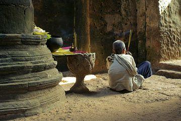 Meditatie in Preah Khan tempel, Angkor Wat, Cambodja van