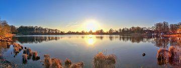 Panorama d'un coucher de soleil sur un lac