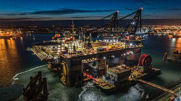 Thialf kraanschip van Heerema avondfoto