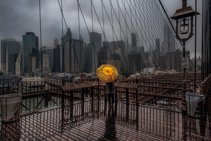 Yellow Umbrella On The Brooklyn Bridge van Nico Geerlings